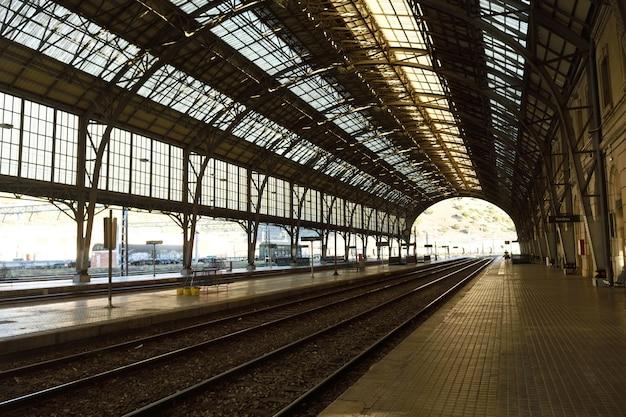 Железнодорожный вокзал портбу, провинция жирона, каталония, испания