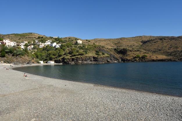 Пляж деревни портбу, коста брава, провинция жирона, каталония, испания
