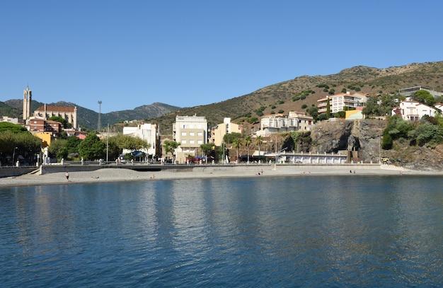 Пляж деревни портбу, провинция жирона, коста брава, каталония, испания