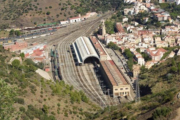 Повышенный вид на железнодорожный вокзал портбу, провинция жирона, каталония, испания