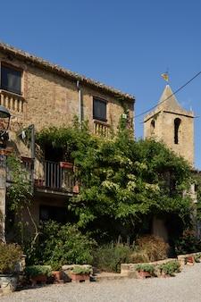Деревня сан-эстеве-де-гиальб, пла-де-л-эстани, провинция жирона, каталония, испания