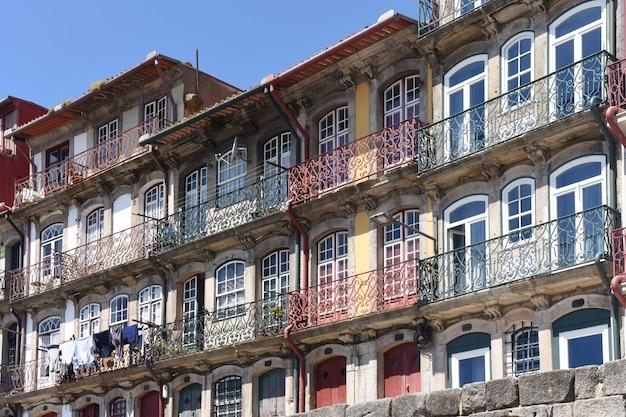Разноцветные дома вдоль реки дору в городе порту, португалия (рибейра)