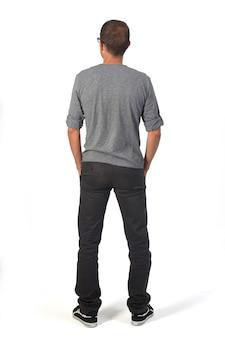 Вид сзади человека руки в карманах