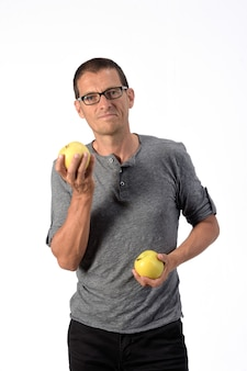Человек с яблоком на белом фоне