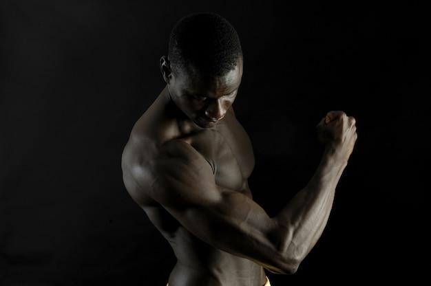 筋肉のある黒人