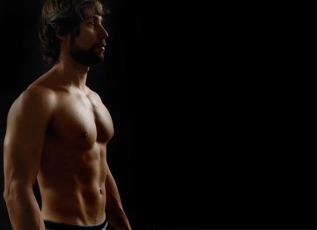 彼の体の適性を示す裸の男