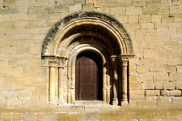 ラ・リオハ、スペイン、ティルゴのサンサルバドル教会のロマネスク様式のドア