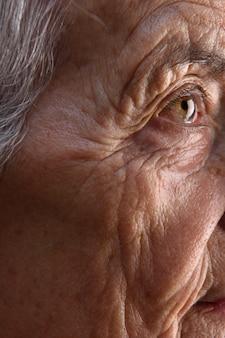 シニアの女性の顔の詳細
