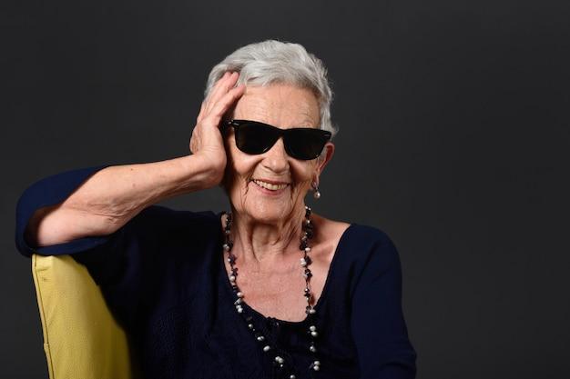メガネをかけた年配の女性の肖像画