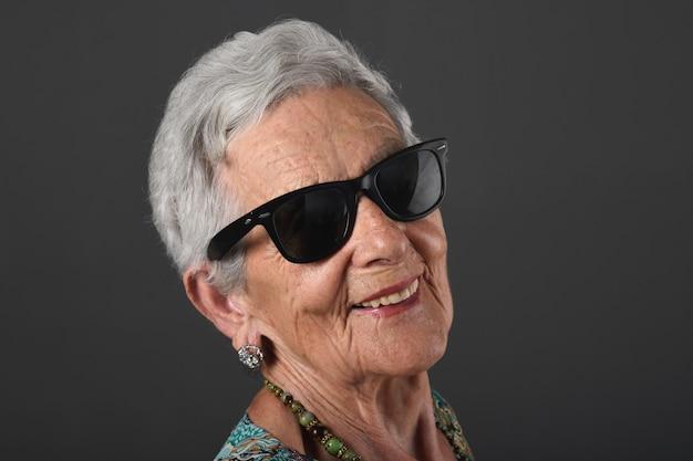 サングラスをかけた年配の女性の肖像画