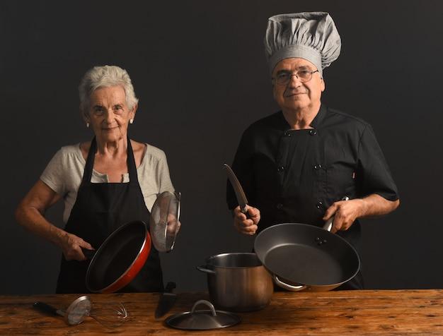 Пожилая пара готовит