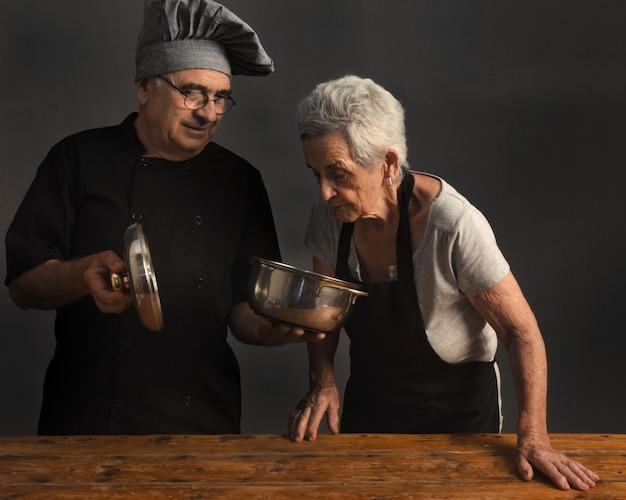 年配のカップル料理人