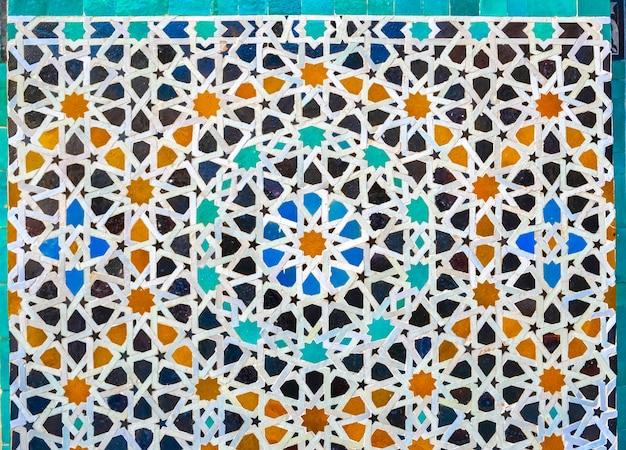 壁、モロッコのフェズのメディナのモロッコのゼリーモザイクタイル。