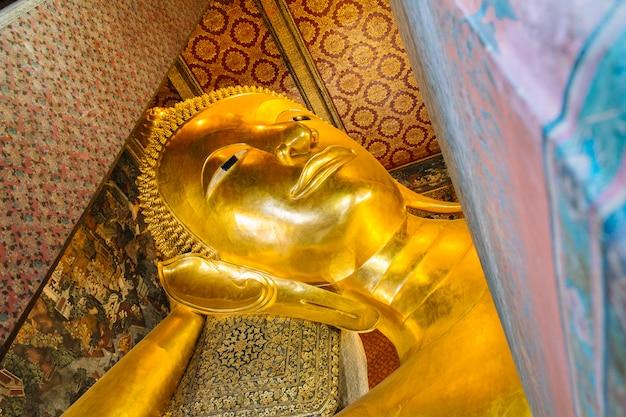 巨大な黄金のリクライニング仏像。ワットポー寺院、バンコク、タイ。