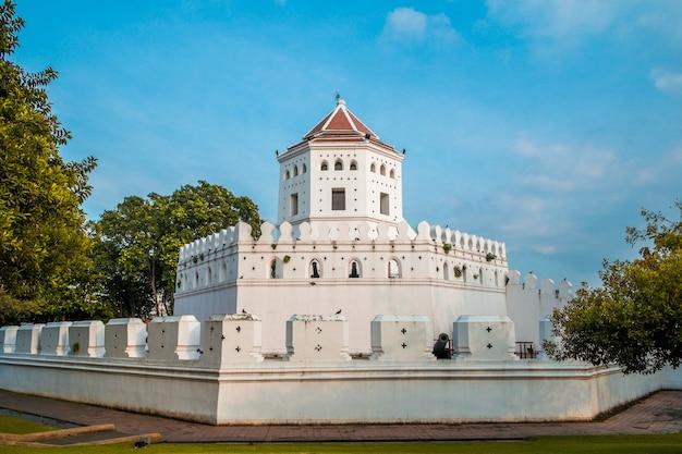 Форт пхра сумен в парке санти чай пракан. бангкок, тайланд.