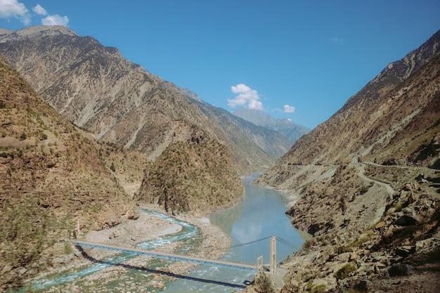 パキスタンの農村地域の山々を流れるインダス川。カラコルム高速道路からの眺め。