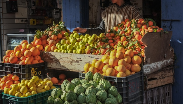 地元の市場での販売のための新鮮な果物や野菜の様々な。