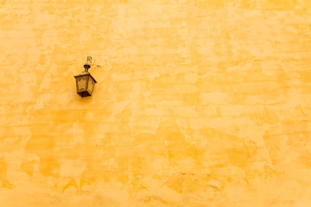 ヴィンテージランプと黄色い壁。