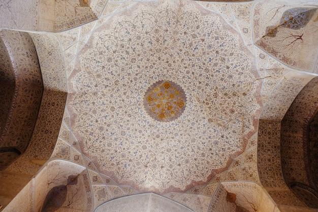 花柄をモチーフにしたヴィンテージペルシャ模様の装飾が施された天井。