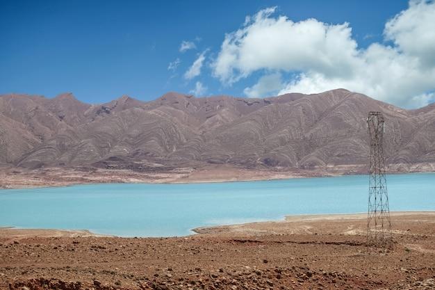山とモロッコの田舎の空に対して湖の青い水