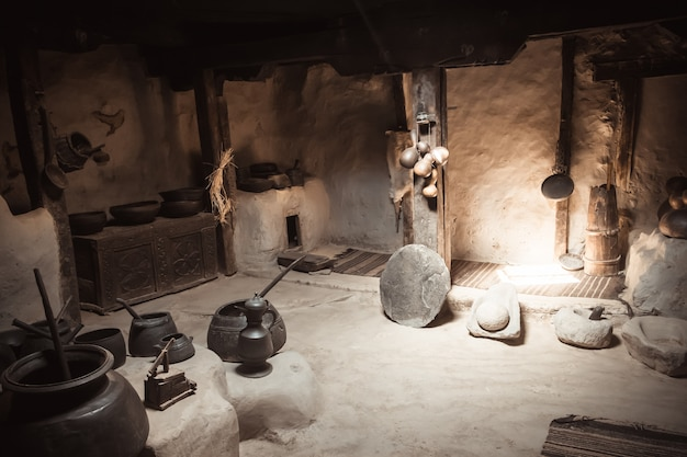 Старинная кухонная посуда в форт бальитт. долина хунза, гилгит балтистан, пакистан.