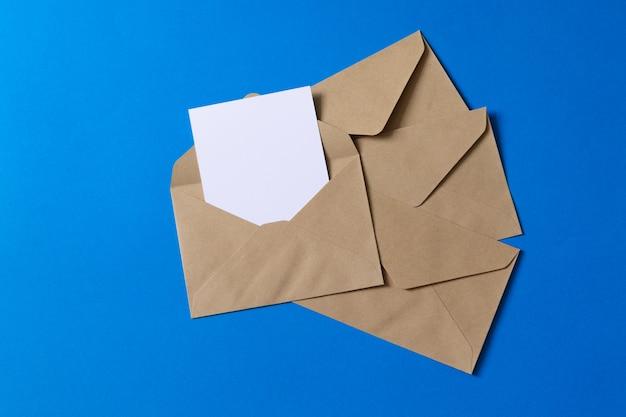 Пустая белая карточка с шаблоном конверта из крафт-бумаги