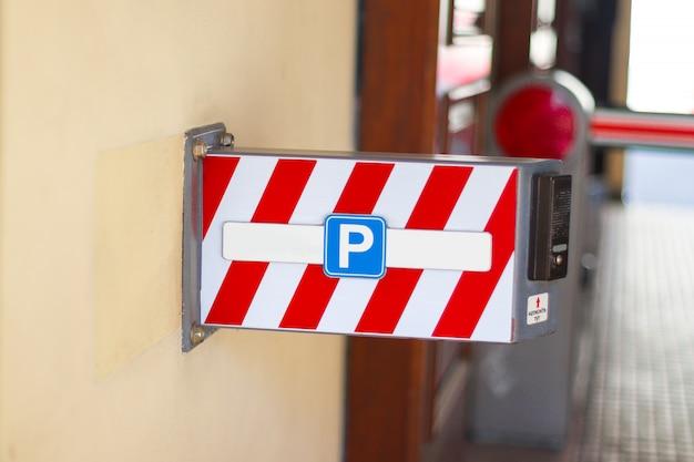 駐車場サインアスファルトの背景に道路標識。パーキング。