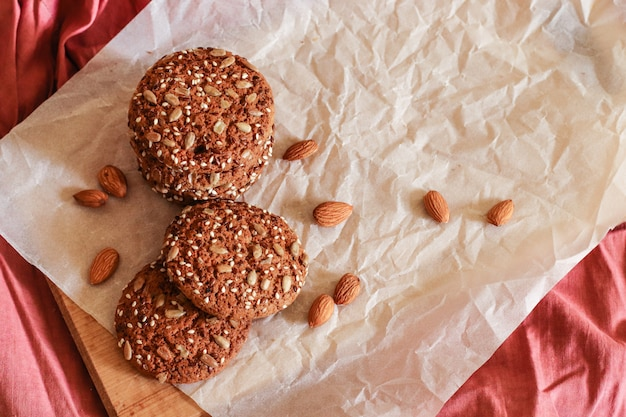 ナッツとベージュ色の背景上の種のおいしいオートミールクッキー
