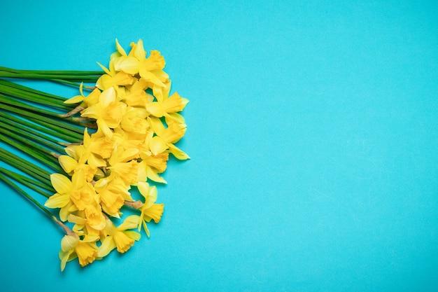 Свежий букет цветов нарцисса весенний фон для поздравления с днем матери