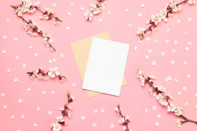 ピンクの背景にピンクの花の結婚式の招待カード