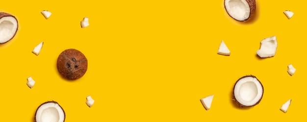 黄色の背景に熱帯の抽象的なココナッツパターン。平らに置きます。