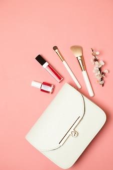 美容アクセサリーや化粧品の付いた化粧品袋。フラットレイ