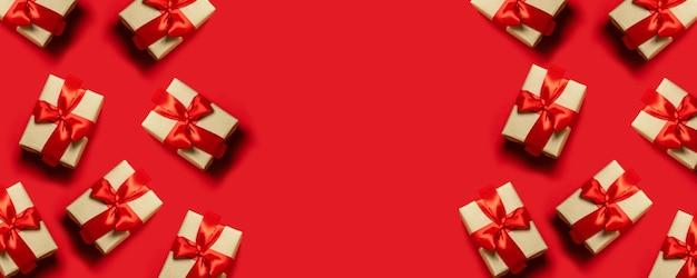 赤いリボン、コピースペースと結ばれるギフトボックスの組成。