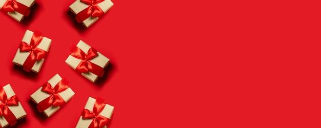 クリスマスのコンセプトです。新年の贈り物。赤いリボン、コピースペースと結ばれるギフトボックスの組成。