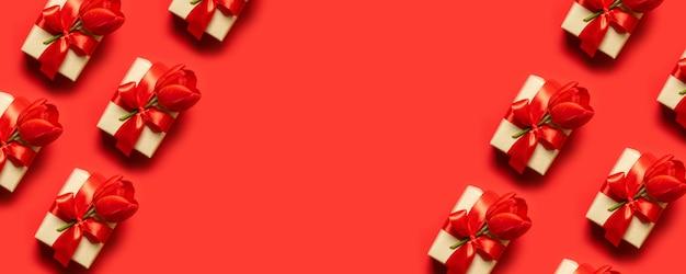 赤の背景に装飾的なレースとパターンの赤いギフトボックス