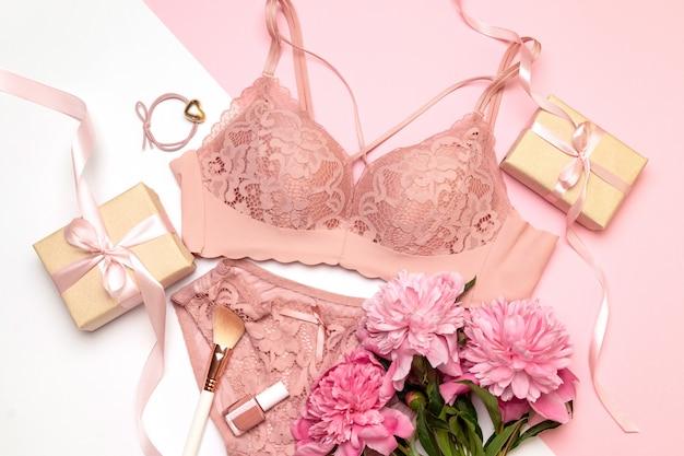 白の女性の性的なピンクのランジェリー