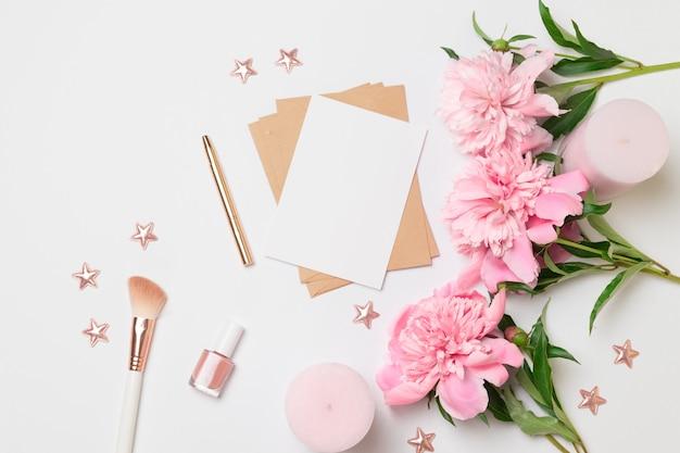 花と水平のミニマリストカードのフラットレイアウトトップビュー