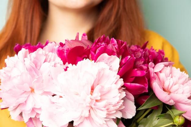 牡丹の花束を持つ幸せな女の子