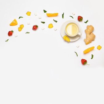 白いお茶と新鮮なイチゴ、生姜、オレンジ、ミントと砂糖のかけら