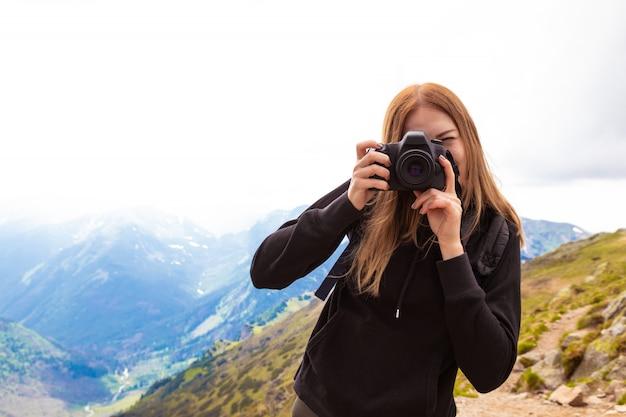 Польские татры зеленые холмы летом молодая женщина с рюкзаком фотографировать красочные пейзажи