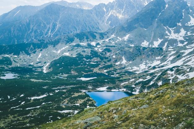 Польские татры и голубые глубокие озера на склонах холмов