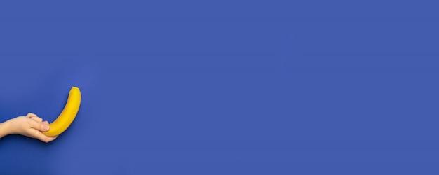 女性の手を保持する青のバナー