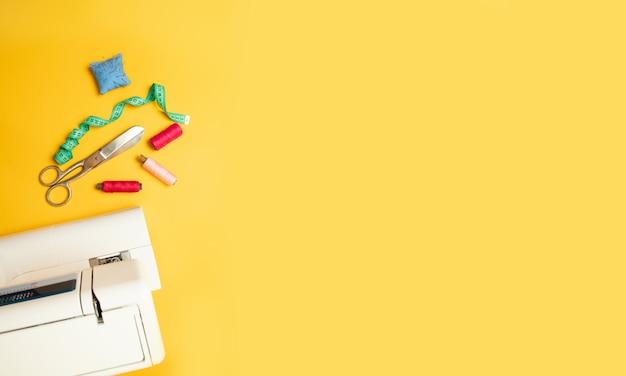 黄色の背景、トップビューで仕立てアクセサリーのセット