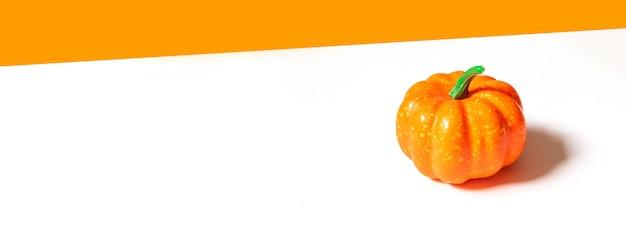 秋の組成、ハロウィーンのコンセプト。オレンジ色の背景のカボチャ。