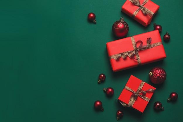 ゴールドリボンと赤のボールと赤いギフトボックスクリスマス背景デザイン。最小限のクリスマスコンセプトアイデア。