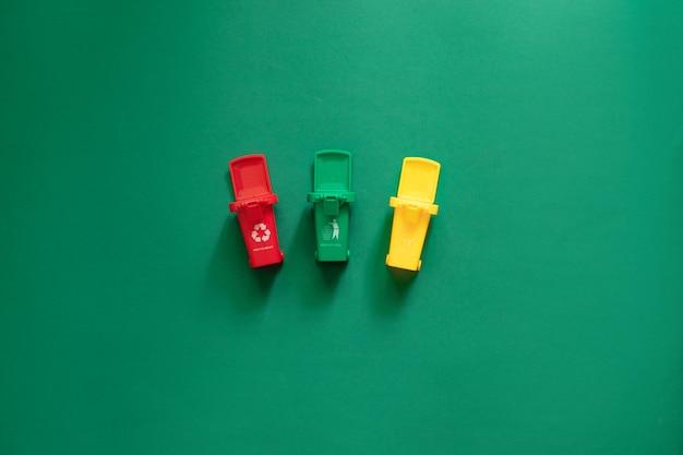 Мусорные баки и различные виды мусора концепция переработки отходов