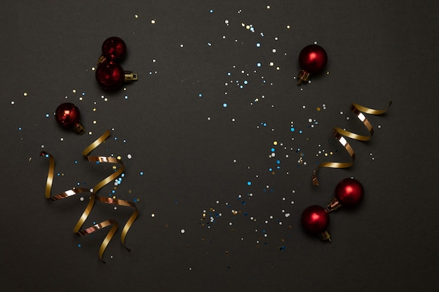 トレンディなクリスマスホリデーは、暗い背景の装飾を飾ります。水平方向の境界線のバナー画像。