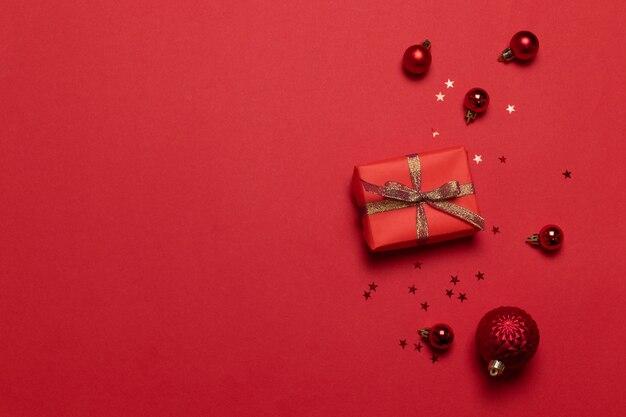 Новогодний рождественский сюрприз подарочные коробки ручной работы, красные бумажные золотые звездные блестки, шары фон.