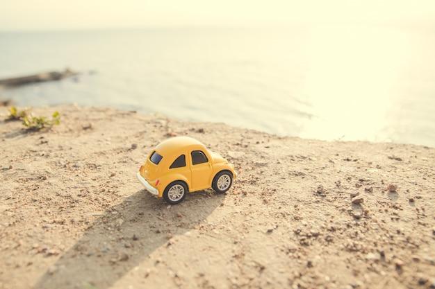 海岸に黄色の車のおもちゃ