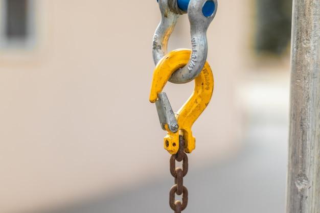 Коричневые звенья цепи с желтым карабином